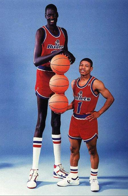 Manute Bol poses next to Muggsy Bogues